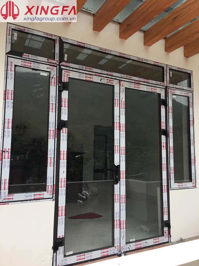 Cửa đi 2 cánh kết hợp cửa sổ mở quay, nhôm xingfa tem đỏ