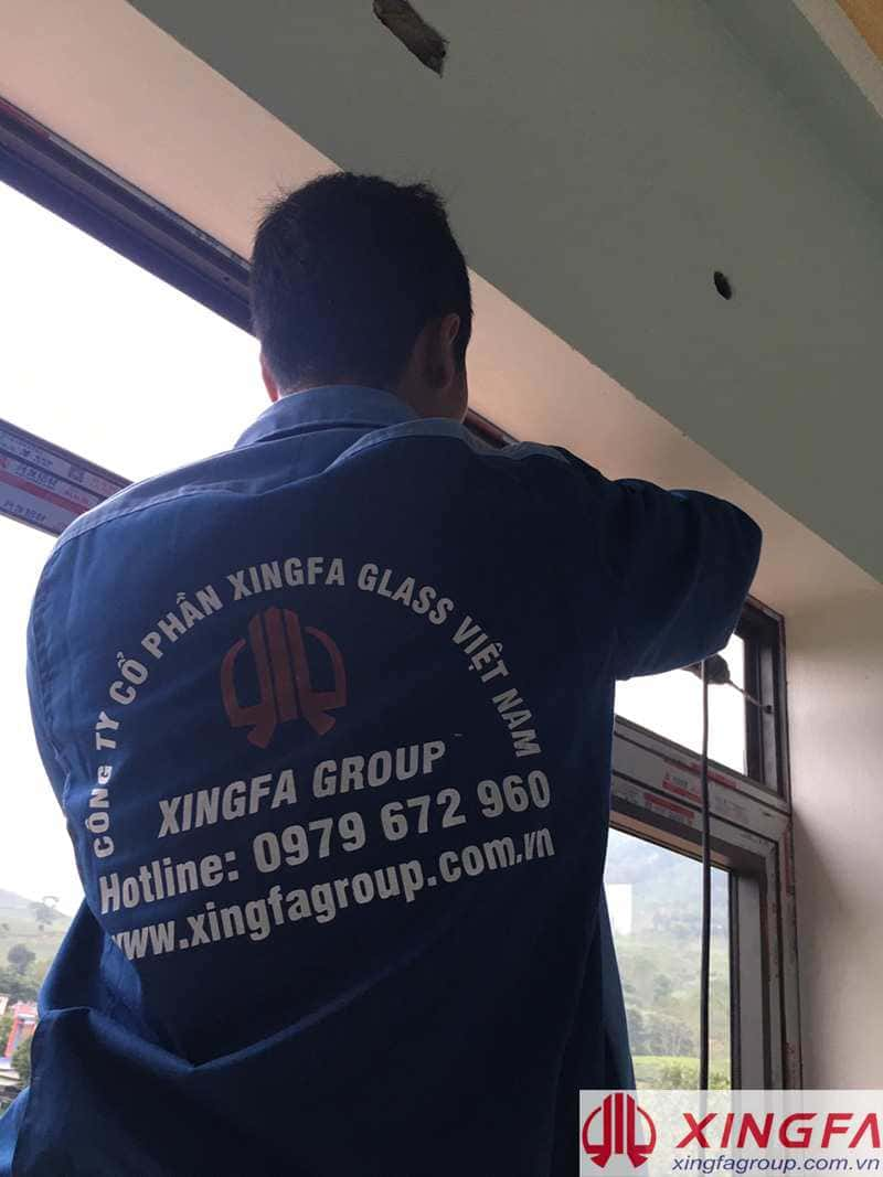 Thợ kỹ thuật của Xingfa Glass đang thi công lắp đặt nhôm xingfa