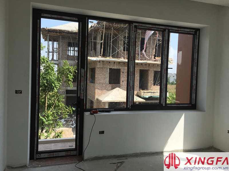 cửa đi 1 cánh nhôm xingfa kết hợp cửa sổ mở quay