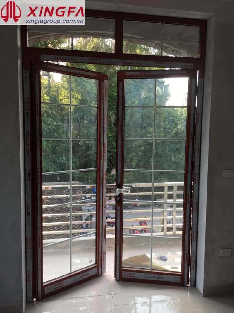 cửa đi 2 cánh nhôm xingfa vân gỗ kính hộp có nan trang trí