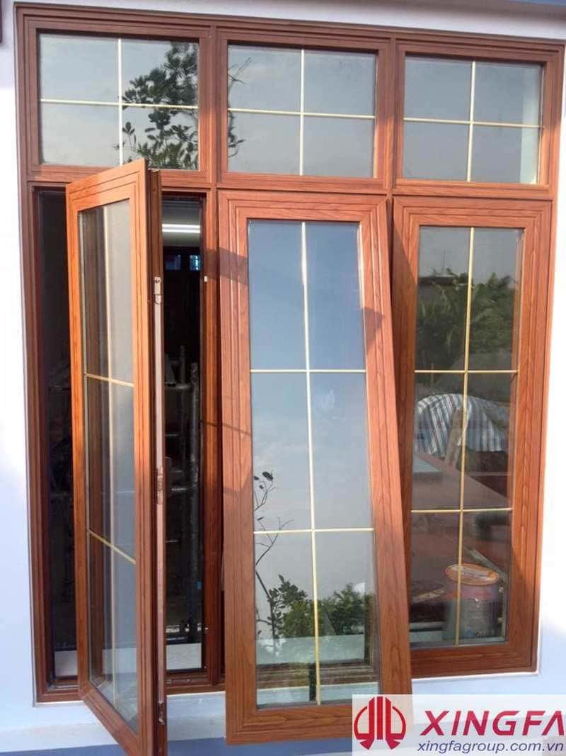 Cửa sổ nhôm Xingfa vân gỗ có nan trang trí