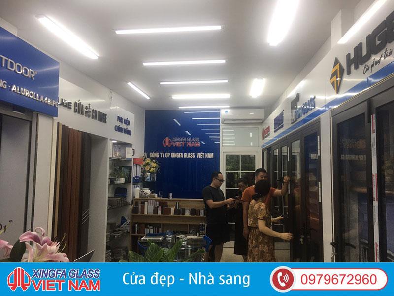 Tư vấn khách hàng lựa chọn sản phẩm tại Showroom Xingfa Glass JSC