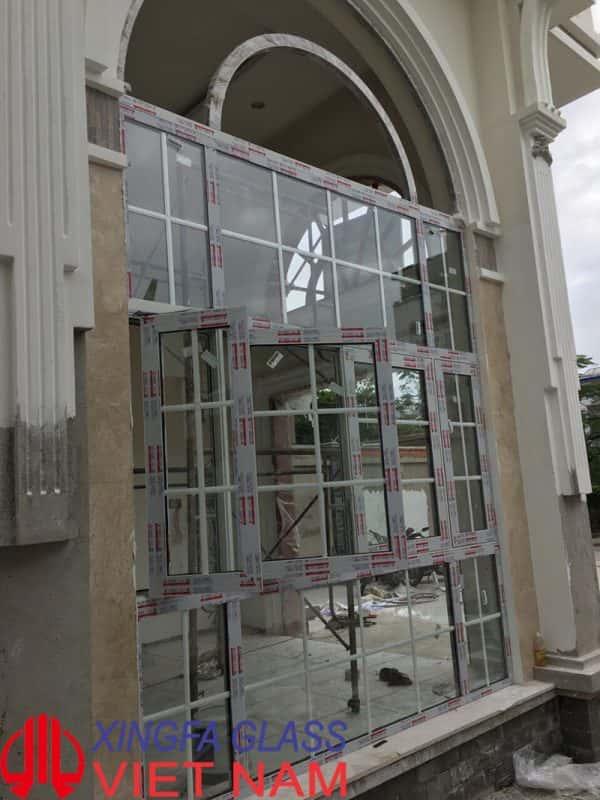 Cửa sổ mở quay, kết hợp uốn vòm, kính hộp có nan trang trí