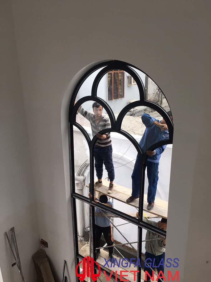 Thợ kỹ thuật của Xingfa Glass đang thi công Vách vòm nhôm Xingfa
