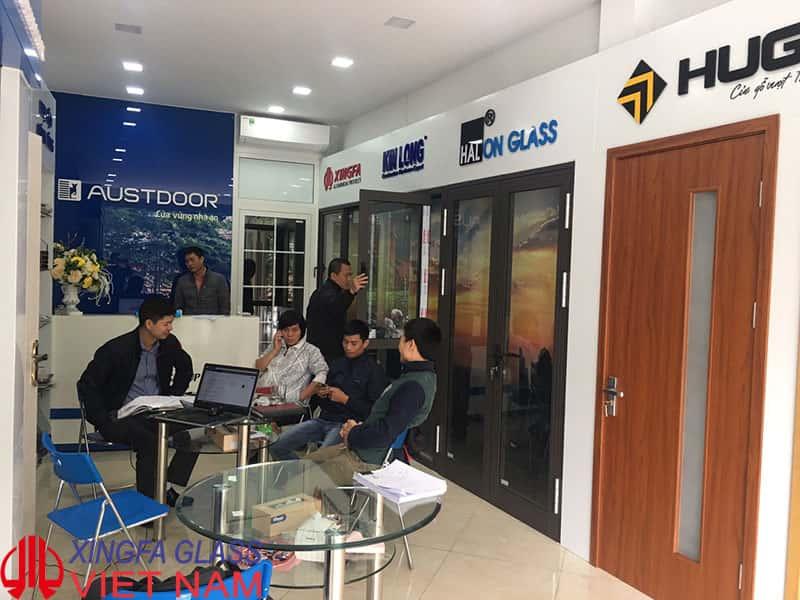 Khách hàng tham quan sản phẩm cửa nhôm Xingfa