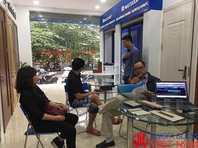Qúy khách hàng tham quan và lựa chọn cửa nhôm Xingfa