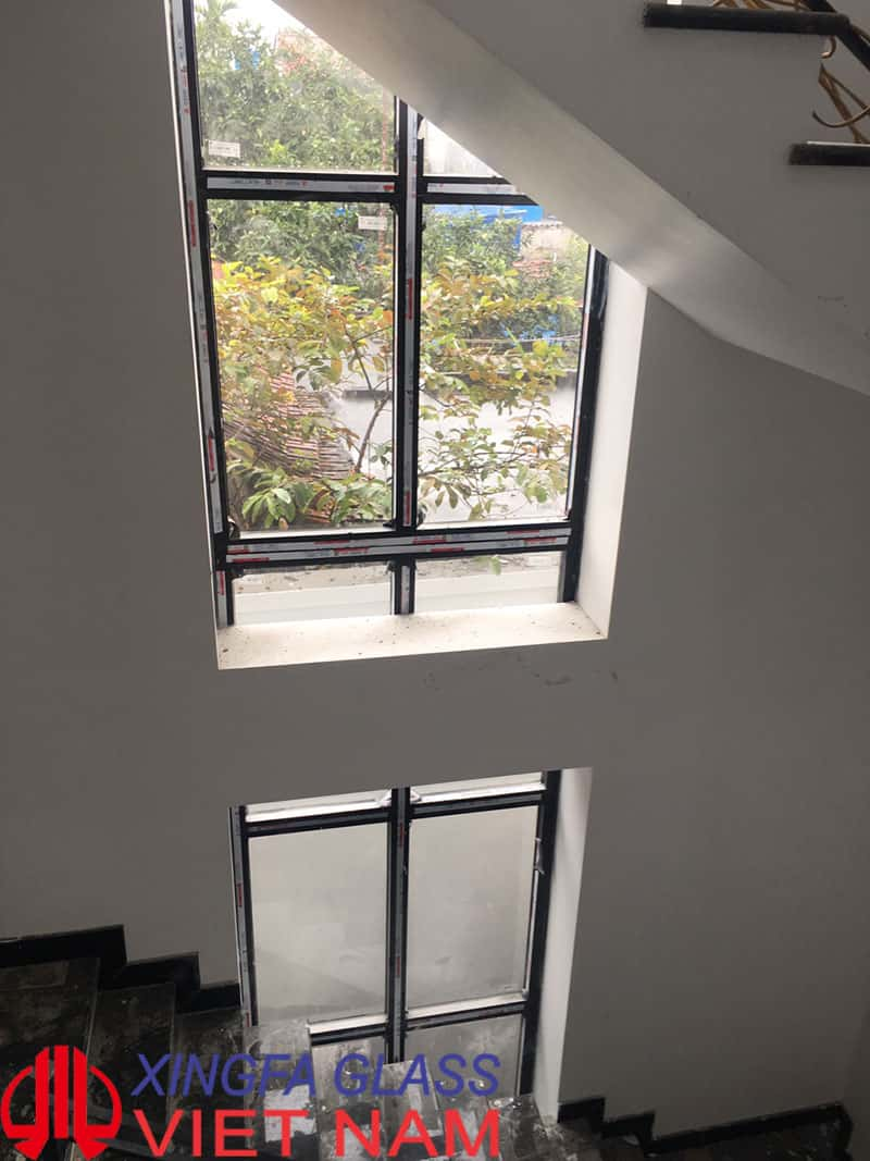 Vách kính cố định thông tầng từ tầng 1 lên hết tầng 3