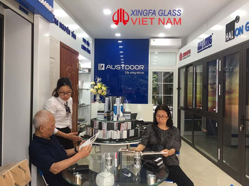 Tư vấn khách hàng lựa chọn cửa nhôm XINGFA