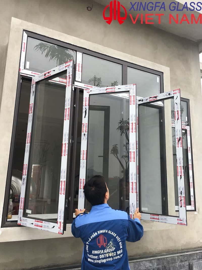 Thợ kỹ thuật kiểm tra cửa nhôm XINGFA