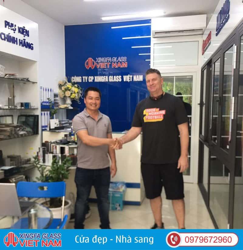 Khách Hàng Quốc Tịch Mỹ Ký Kết Hợp Đồng Tại Showroom Xingfa Glass Việt Nam