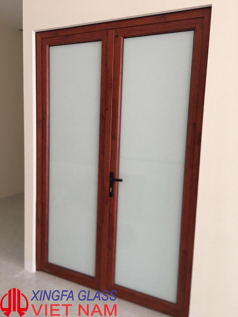 Cửa đi thông phòng mở quay 2 cánh sử dụng kính mờ