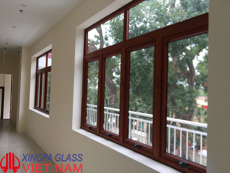 Mẫu cửa sổ mở hất kết hợp vách cố định nhôm Xingfa màu vân gỗ
