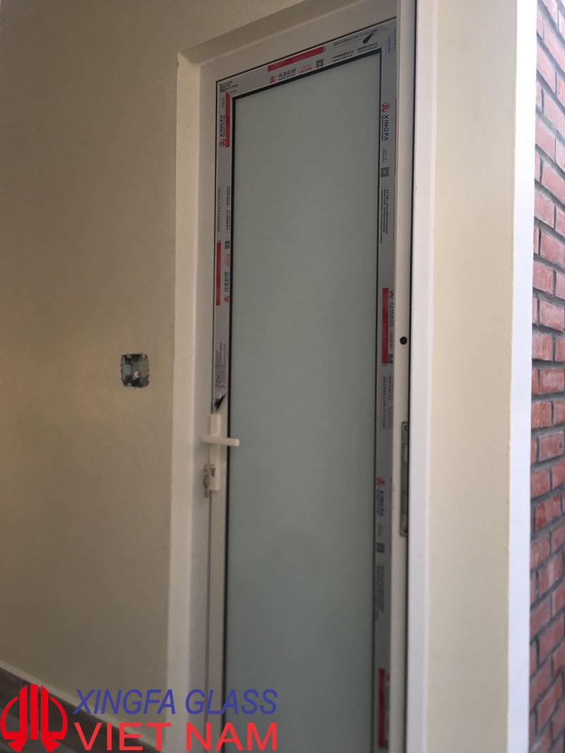 Cửa đi WC mở quay một cánh nhôm Xingfa hệ 55