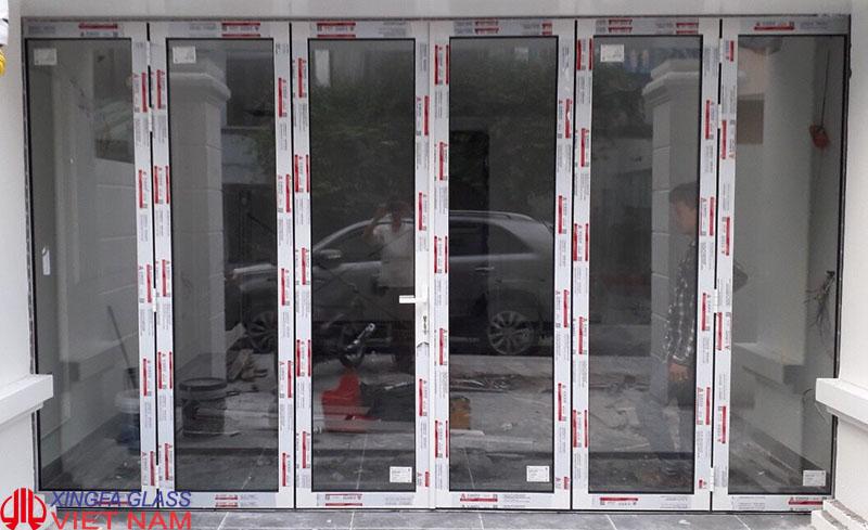 Cửa đi mở xếp gấp nhôm xingfa hệ 63 màu trắng sứ
