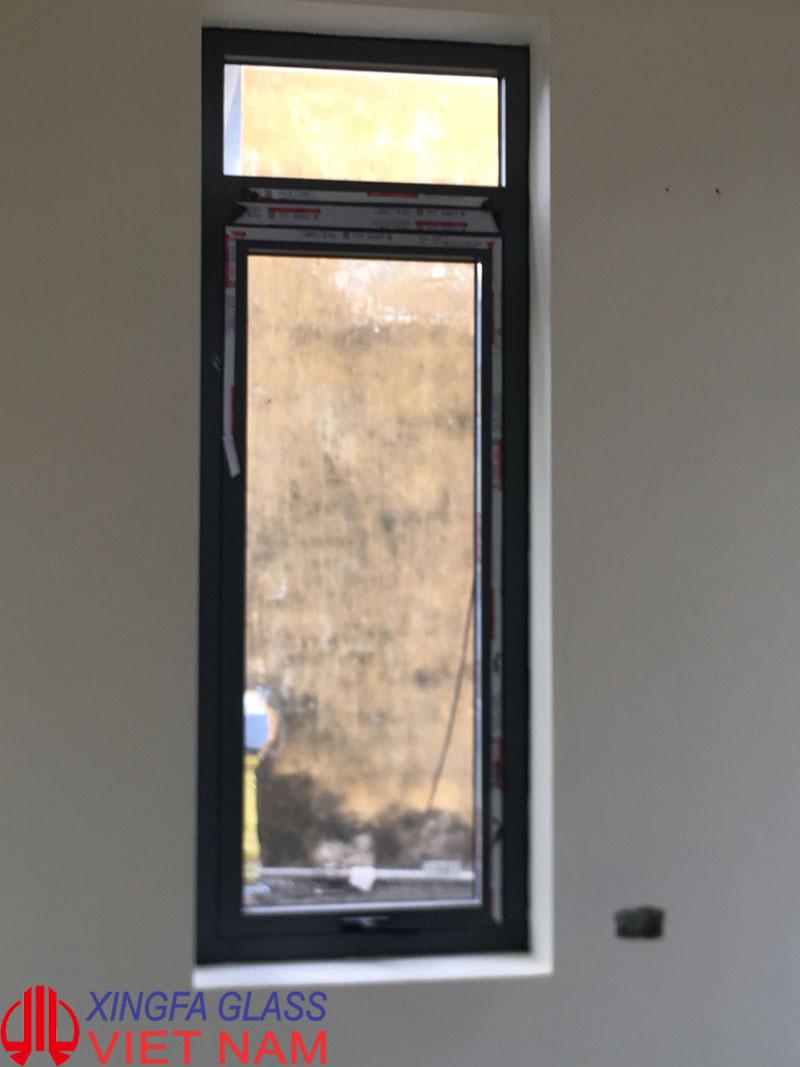Cửa sổ mở hất 1 cánh nhôm xingfa màu ghi