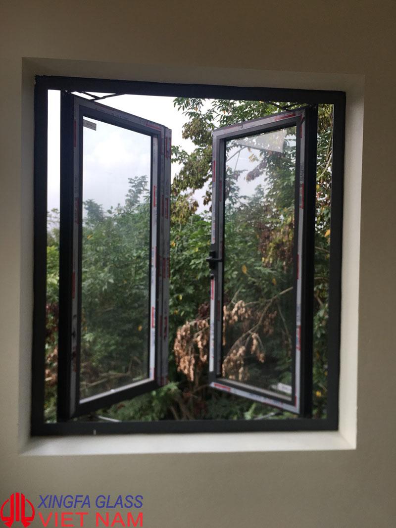 Cửa sổ mở quay ngoài hai cánh nhôm xingfa tem đỏ
