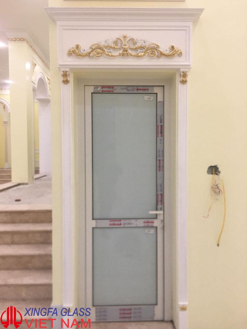 cua-toilet-nhom-xingfa-nhap-khau