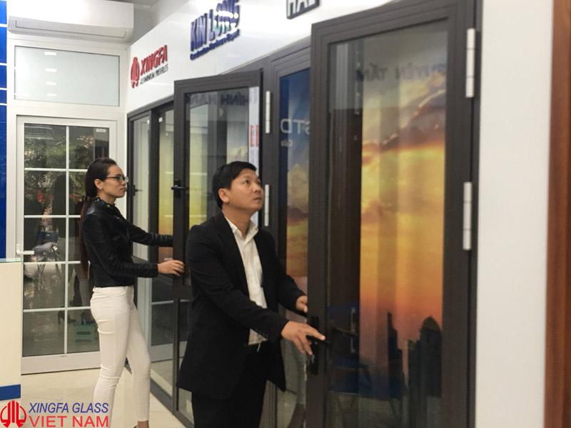 Khách hàng thăm quan tìm hiểu cửa nhôm Xingfa tại Showroom Xingfa Glass