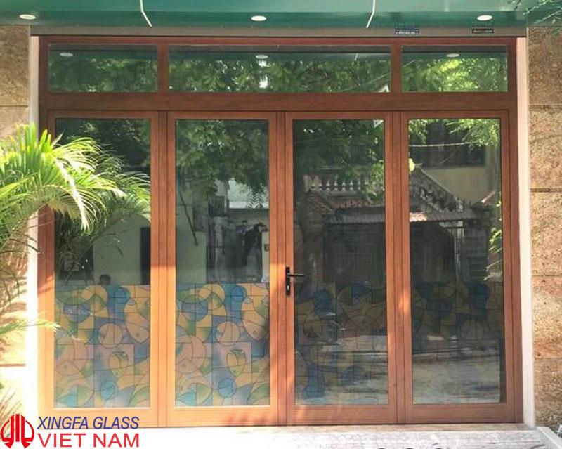 Cửa đi mở quay 4 cánh nhôm xingfa Ausdoor amuf vân gỗ
