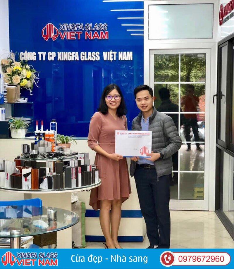 Khách Hàng Ký Kết Hợp Đồng Tại Showroom Xingfa Glass
