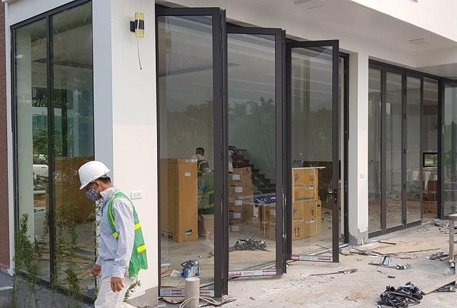 Cửa 4 cánh xếp gấp thường dùng làm cửa dẫn ra khuôn viên vườn