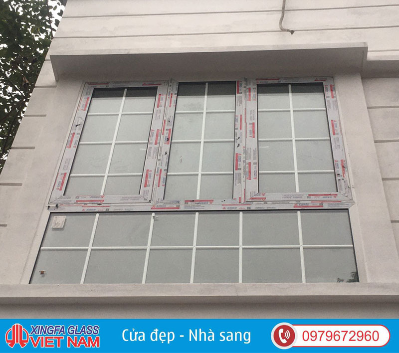 Cửa Sổ Mở Quay Kết Hợp Vách-Kính Hộp Có Nan Trang Trí