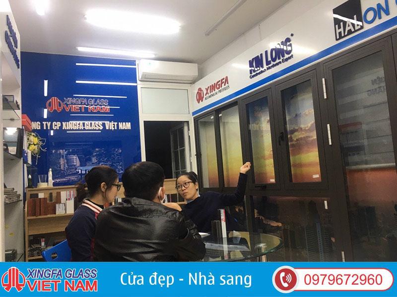 Tư Vấn Khách Hàng Lựa Chọn Cửa Nhôm Xingfa Tại Showroom