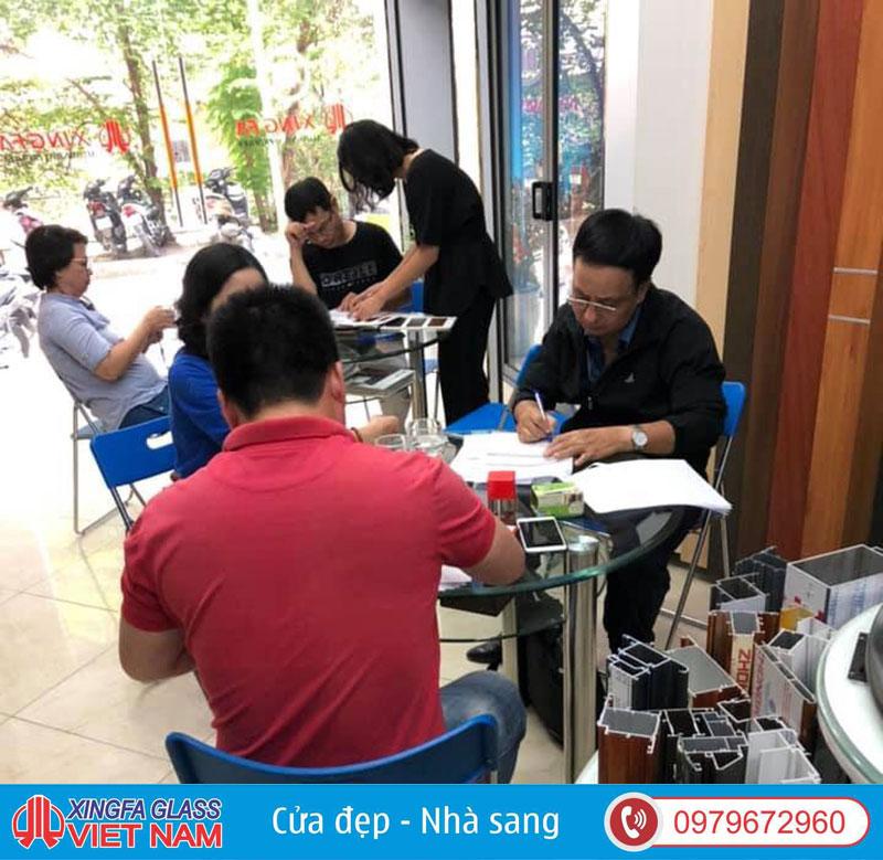 Tư vấn khách hàng và ký kết hợp đồng tại showroom Xingfa Glass JSC